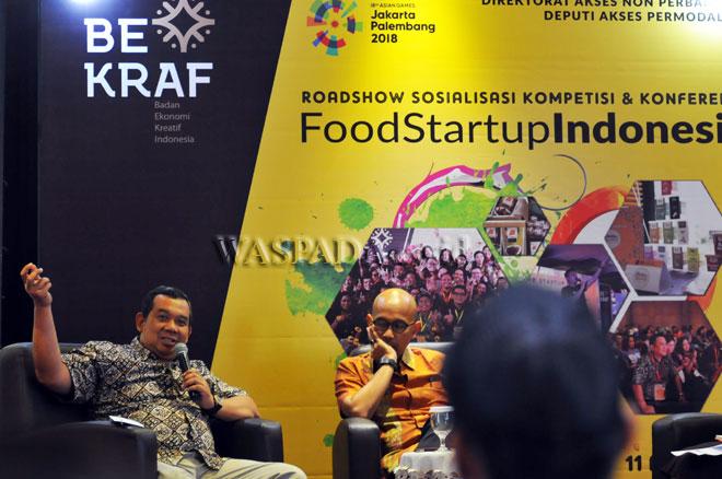 """Direktur Akses Nonperbankan Badan Ekonomi Kreatif (Bekraf), Sugeng Santoso (kiri) bersama Deputi Akses Permodalan, Fadjar Hutomo (kanan) menyampaikan materi pada """"FoodStartup"""" Indonesia, Medan, Selasa (11/4). Kegiatan yang diikuti para pelaku bisnis kuliner tersebut diselengarakan oleh Bekraf dalam mendukung ekosistem subsktor kuliner Indonesia. (WOL Photo/Ega Ibra)"""
