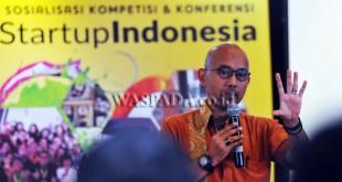 """Deputi Akses Permodalan, Fadjar Hutomo menyampaikan materi pada """"FoodStartup"""" Indonesia, Medan, Selasa (11/4). Kegiatan yang diikuti para pelaku bisnis kuliner tersebut diselengarakan oleh Badan Ekonomi Kreatif (Bekraf) dalam mendukung ekosistem subsktor kuliner Indonesia. (WOL Photo/Ega Ibra)"""