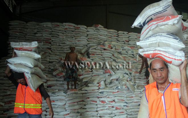 Pekerja mengangkut beras di gudang beras bulog, Medan, Kamis (27/4). Humas Perum Bulog Sumut menyatakan, stok beras Bulog Divre Sumut masih mencukupi kebutuhan masyarakat hingga empat bulan ke depan. (WOL Photo/Ega Ibra)