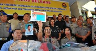 Wakapolda Sumut, Brigjen Pol Agus Andrianto (tengah) menunjukan foto terduga pelaku pembunuhan terhadap satu keluarga, di Medan, Selasa (11/4). Pihak kepolisian menetapkan satu orang terduga pelaku kedalam daftar pencarian orang (DPO) terkait kasus pembunuhan yang menyebabkan satu keluarga tewas dan satu orang balita kritis. (WOL Photo/Ega Ibra)