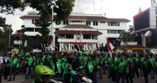 Massa Go-jek berunjukrasa di depan kantor Wali Kota Medan, Rabu (12/4). (WOL Photo/M Rizki)