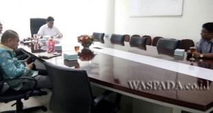 Suasana rapat Komisi C DPRD Medan dengan pengelola Diamon Spa sebelum pengusiran, Selasa (18/4).