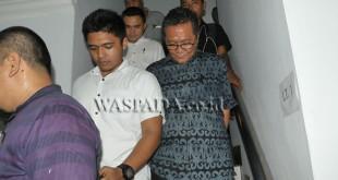 Tim Tipikor Polda Sumatera Utara menggiring Kepala Dinas Pertambangan dan Energi (Tamben) Provinsi Sumatera Utara, Eddy Saputra Salim, ketika melakukan operasi tangkap tangan (OTT), di Medan, Kamis (6/4). Tim Tipikor Polda mengamankan Kadis Tamben Sumut, Eddy Saputra Salim beserta dua orang lainnya dan sejumlah barang bukti dalam OTT tersebut, sementara pihak berwenang masih mendalami kasus OTT tersebut. (WOL Photo/Ega Ibra)