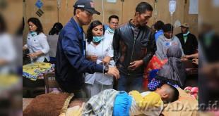 Bupati Simalungun JR Saragih meninjau langsung penanganan korban keracunan makanan di Pematang Sidamanik, Kabupaten Simalungun, Sumatera Utara, Rabu (19/4). (WOL Photo)