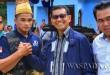 Bupati Simalungun JR Saragih memberikan apresiasi kepada Jeka Asparindo Saragih Jawara MMA kelas 70 kg di Nagori Bahpasunsang, Siporkas, Pematang Raya, Kabupaten Simalungun, Sumatera Utara, Minggu (30/4). (WOL Photo)
