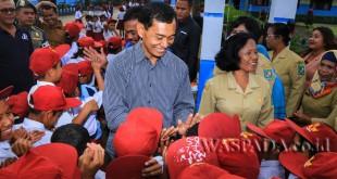 Bupati Simalungun JR Saragih saat bertemu dengan anak-anak Sekolah Dasar (SD) di wilayah Saran Padang, Dolok Silau, Kabupaten Simalungun, Sumatera Utara, belum lama ini. (WOL Photo)