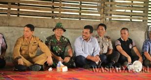 Bupati Simalungun JR Saragih mendatangi Nagori Cingkes dan Nagori Bawang, Dolok Silau, Kabupaten Simalungun, Sumatera Utara pasca terjadinya tawuran warga di dua Nagori tersebut, Senin (24/4). (WOL Photo)