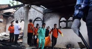 Petugas BPBD Kota Medan mengangkat kantung jenazah korban kebakaran rumah tinggal, di Medan, Rabu (5/4). Empat orang penghuni yang tinggal dalam satu rumah tewas dalam peristiwa kebakaran tersebut dan penyebab kebakaran masih dalam penyelidikan pihak kepolisian. (WOL Photo/Ega Ibra)