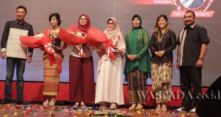 """Executive Vice President Telkomsel Area Sumatera, Paulus Djatmiko (kiri) bersama Meldawati Br Ginting (kedua kiri) saat menerima hadiah dan penghargaan dalam ajang """"Kartini Digital Competition 2107"""", Sabtu (22/4) malam."""
