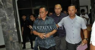 Tim Tipikor Polda Sumatera Utara menggiring Kepala Dinas Pertambangan dan Energi (Tamben) Provinsi Sumatera Utara, Eddy Saputra Salim (kiri), ketika melakukan operasi tangkap tangan (OTT), di Medan, Kamis (6/4). Tim Tipikor Polda mengamankan Kadis Tamben Sumut, Eddy Saputra Salim beserta dua orang lainnya dan sejumlah barang bukti dalam OTT tersebut, sementara pihak berwenang masih mendalami kasus OTT tersebut. (WOL Photo/Ega Ibra)