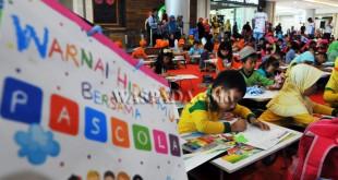Sejumlah murid taman kanak-kanak (TK) mengikuti lomba mewarnai 'Ceria Warna Nusantara', di Medan, Sabtu (15/4). Lomba mewarnai yang diselenggarakan PT Standardpen Industries, mengangkat tema 'Ceria Warna Nusantara'. (WOL Photo/Ega Ibra)