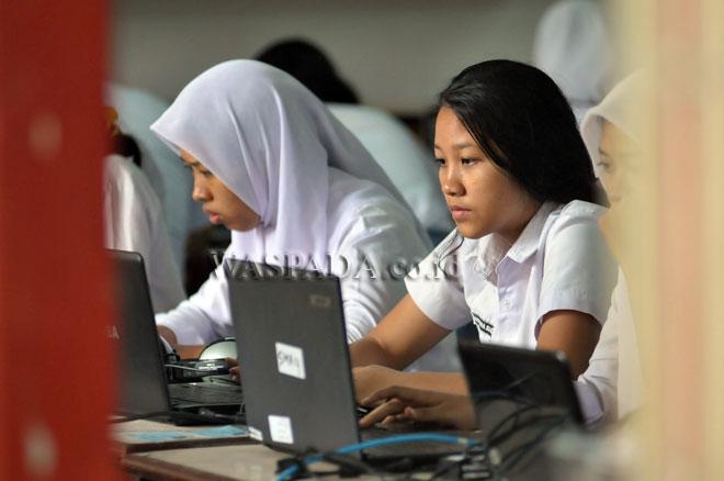 Sejumlah siswa mengikuti Ujian Nasional Berbasis Komputer (UNBK) tahun 2017 untuk tingkat SMA, di SMA Negeri 4 Medan, Senin (10/4). UNBK untuk tingkat SMA tersebut dilaksanakan mulai tanggal 10 hingga 13 April 2017. (WOL Photo/Ega Ibra)