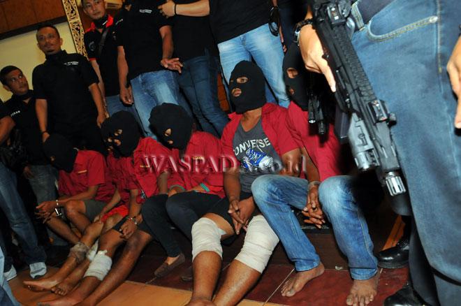 Petugas kepolisian memperlihatkan para tersangka saat gelar kasus pembunuhan satu keluarga, di Medan, Senin (17/4). Polisi menangkap enam pelaku pembunuhan sekeluarga di Mabar yang diduga bermotifkan masalah hutang piutang dengan korban. Akibat perbuatan mereka tersebut para tersangka terancam hukuman penjara 15 tahun dan hukuman mati. (WOL Photo/Ega Ibra)