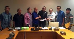 Ketua Pansus Ranperda Pariwisata Sumut Aripay Tambunan (4 kiri) menyerahkan draft Ranperda kepada Denny S Wardhana (4 kanan) dan Solahuddin Nasution (3 kanan) untuk diberi masukan, Selasa (11/4) di gedung DPRD Sumut. (Istimewa)