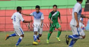 Mantan Kapten PSMS Donny F Siregar (kanan) kini menjadi lawan Legimin Raharjo cs saat memimpin Pro Duta FC bertandang ke Stadion Teladan Medan, Minggu (30/4) nanti. WOL Photo/Austin Antariksa