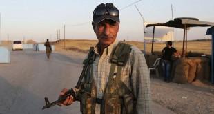 Pejuang Kurdi saat menjaga kamp pengungsi di Derike, Suriah. AP