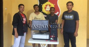 Petugas Reserse Polsek Medan Helvetia mengapit tersangka pencurian dan penadahnya.(WOL. Photo/gacok)