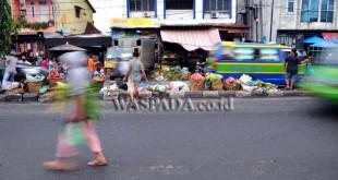 Sejumlah pejalan kaki menyebrang melalui tumpukan sampah yang berada di median jalan, Kawasan Pasar Sei Sikambing, Medan, Rabu (26/4). Berbagai sampah sisa dagangan menumpuk di median jalan sehingga menimbulkan bau tak sedap serta mengganggu arus lalu lintas. (WOL Photo/Ega Ibra)