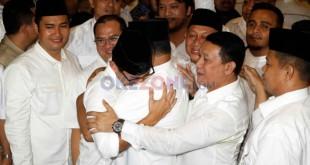 Anies Baswedan-Sandiaga berpelukan usai memberikan keterangan resmi di rumah Prabowo Subianto. Foto Okezone/Heru Haryono