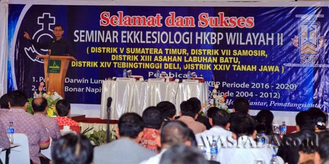 Bupati Simalungun JR Saragih  menghadiri seminar ekklesiologi HKBP wilayah II (Distrik  V Sumatera Timur, Distrik VII  Samosir, Distrik XIII Asahan Labuan Batu, Distrik XIV Tebing Tinggi Deli, Distrik XXIV Tanah Jawa) di Hotel Sapadia, Kota Siantar, Sumatera Utara, Kamis (20/4). (WOL Photo)