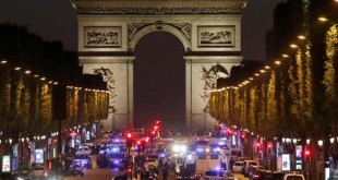 Polisi menutup ruas jalan utama menuju Istana Kepresidenan Prancis (Foto: Christian Hartmann/Reuters)