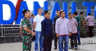 Bupati Simalungun JR Saragih beserta anggota DPRD Partai Demokrat melakukan pengecekan lokasi pelantikan JR Saragih sebagai ketua DPD Partai Demokrat di Pantai Bebas, Sumatera Utara, Kamis (20/4). (WOL Photo)