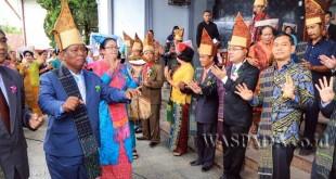 Bupati Simalungun JR Saragih menghadiri ulang tahun GKPS Jenderal Sudirman, Pematang Siantar, Kabupaten Simalungun, Sumatera Utara, Minggu (9/4). (WOL Photo)