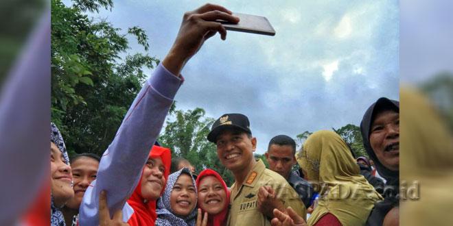Bupati Simalungun JR Saragih melakukan swafoto bersama (wefie) warga Pematang Sidamanik, Kabupaten Simalungun, Sumatera Utara, belum lama ini. (WOL Photo)