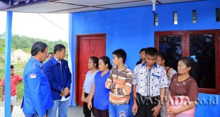 JR Saragih beserta Walikota Siantar Hefriansyah Noor memberikan penyerahan kunci usai melakukan bedah rumah milik Apul Haloho Boru Parusip di Kelurahan Bane, Kecamatan Siantar Utara, Kota Siantar, Sumatera Utara, Jumat (28/4) kemarin. (WOL Photo)