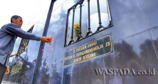 Ketua DPD Partai Demokrat Sumatera Utara JR Saragih bersama pengurus yang baru periode 2016-2021 menyambangi makam Raja Sisingamaraja XII di Desa Silalahi, Pagar Batu, Balige, Sumatera Utara, Sabtu (29/4). (WOL Photo)