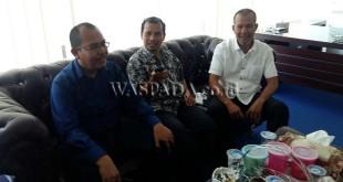 Ketua Komisi B DPRD Medan, Maruli tua Tarigan (kiri) bersama Sekretaris Komisi B DPRD Medan, M Nasir (kanan) saat diwawancarai wartawan di ruangan komisi, Rabu (19/4). (WOL Photo)