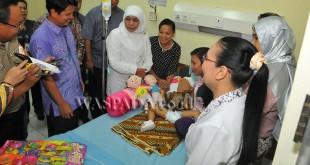 Menteri Sosial Khofifah Indar Parawansa saat menjenguk kondisi kesehatan Kinara, di RSUP H Adam Malik, Medan, Sabtu (15/4). (WOL Photo/Ega Ibra)