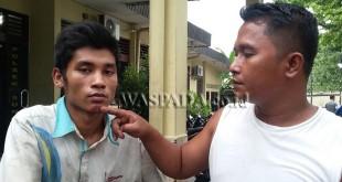 Masalah sepele, Rico Darno Purba alias Rico (21) polisikan abang kandung ke polisi kasus penganiayaan. Terlihat Bakti Manalu (33) selaku teman korban menunjuk dagu bekas pukulan.(WOL Photo/gacok)