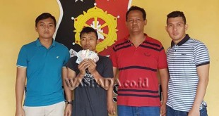Petugas Reskrim Polsek Medan Helvetia mengawal tersangka memperlihatkan barang buktinya.(WOL. Photo/gacok)