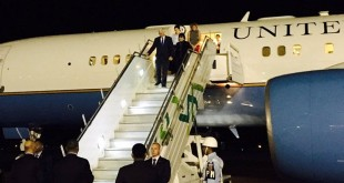 Wapres AS Mike Pence bersama istrinya, Karen, melangkahkan kaki keluar dari pesawat (Foto: Vice President Pence/Twitter)