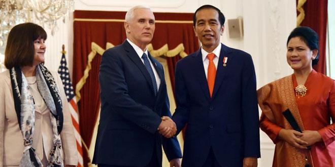 Foto Mike Pence dan istrinya bersalaman dengan Presiden Joko Widodo serta Ibu Negara, Iriana Joko Widodo, di Istana Merdeka (Foto: Reuters)