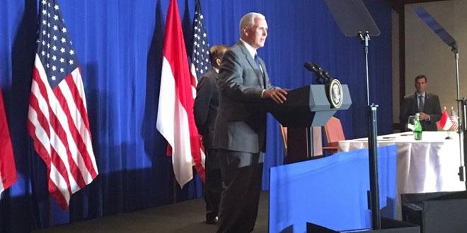 Wapres AS Mike Pence saat berbicara di depan para pelaku bisnis di Indonesia, di Hotel Shangri-La, Jakarta, Jumat 21 April. (Foto: Twitter Mike Pence)