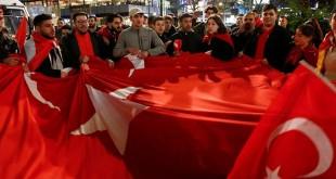 Pendukung Presiden Turki Recep Tayyip Erdogan merayakan kemenangan referendum konstitusi. (Foto: Reuters)
