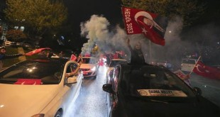 Pendukung Presiden Recep Tayyip Erdogan merayakan hasil referendum Turki yang menunjukkan keunggulan bagi kubu pro referendum. (Foto: Reuters)