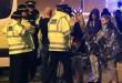 Personel darurat berbicara kepada warga di luar Manchester Arena usai laporan adanya ledakan saat di dalam tempat konser Ariana Grande di Manchester, Inggris, Senin, 22 Mei 2017. Peter Byrne/PA via AP