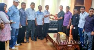 Kasubag Persidangan DPRD Medan, Khairul Siregar (tengah/kemeja putih) menerima cendramata dari Ketua DPRK Aceh Barat Daya saat rombongan DPRK Aceh Barat Daya melakukan kunjungan kerja ke DPRD Kota Medan, Jumat (19/5).WOL Photo