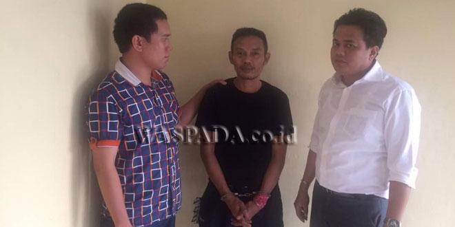 Dua penyidik Reskrim Polsek Medan Sunggal mengintrogasi tersangka satpam kasus narkoba.(WOL. Photo/gacok)