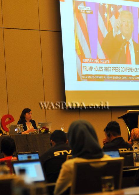Journal and Digital Media Strategist at BBC, Flip Prior memberikan pengarahan saat Google News Lab Training Vol.2 untuk para jurnalis, di Jakarta, Jumat (5/5). Google menggelar pelatihan bagi para jurnalis sebagai strategi untuk melawan informasi palsu (Hoax) yang berkembang pesat secara online. (WOL Photo/Ega Ibra)