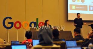 Leads Google News Lab in the Asia-Pacific region, Irene Jay Liu (kanan) bersama Journal and Digital Media Strategist at BBC, Flip Prior (kiri) memberikan pengarahan saat Google News Lab Training Vol.2 untuk para jurnalis, di Jakarta, Jumat (5/5). Google menggelar pelatihan bagi para jurnalis sebagai strategi untuk melawan informasi palsu (Hoax) yang berkembang pesat secara online. (WOL Photo/Ega Ibra)