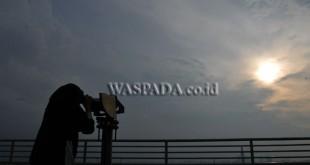 Mahasiswi mempersiapkan teleskop yang akan dipakai melihat posisi Hilal untuk menentukan awal Ramadhan, di Laboratorium Observatorium Ilmu Falak (OIF) Universitas Muhammadiyah Sumatera Utara, Medan, Jumat (26/5). Posisi Hilal tidak terlihat di Kota Medan karena cuaca berawan. (WOL Photo/Ega Ibra)