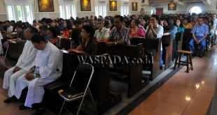 Umat Kristiani berdoa saat ibadah Kenaikan Isa Almasih di Gereja Katedral, Medan, Kamis (25/5). Peringatan kenaikan Isa Almasih di Gereja tersebut diikuti oleh jemaat dengan khidmat dan aman. (WOL Photo/Ega Ibra)