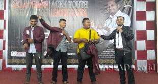 Senator Asal Aceh, Fachrul Razi M.I.P Saat Memberikan Penghargaan Kepada Tiga Pemuda Asal Aceh Utara. (WOL Photo/Chairul Sya'ban)