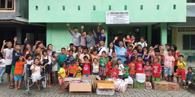 Anak-anak Panti Asuhan Yayasan Karya  Fa'omasi Zo'aya Gunung Sitoli, Nias Selatan, foto bersama setelah menerima bantuan dari Keluarga besar Yayasan Cinta Kasih Mandiri (YCKM) WOL Photo/Istimewa