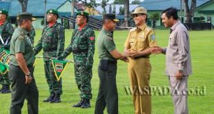 Bupati Simalungun JR Saragih menyambut kedatangan Kepala Staf Angkatan Darat, Jenderal TNI Mulyono di Rindam I/Bukit Barisan, Selasa (23/5). (WOL Photo)