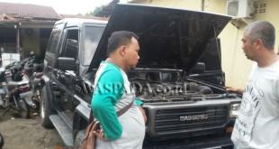 Petugas sedang menanyai korban Yudi Susanto alias Yudi (kanan) peduduk Jalan Senam, Kelurahan Kota Maksum III, Kecamatan Medan Kota. (WOL. Photo/gacok).